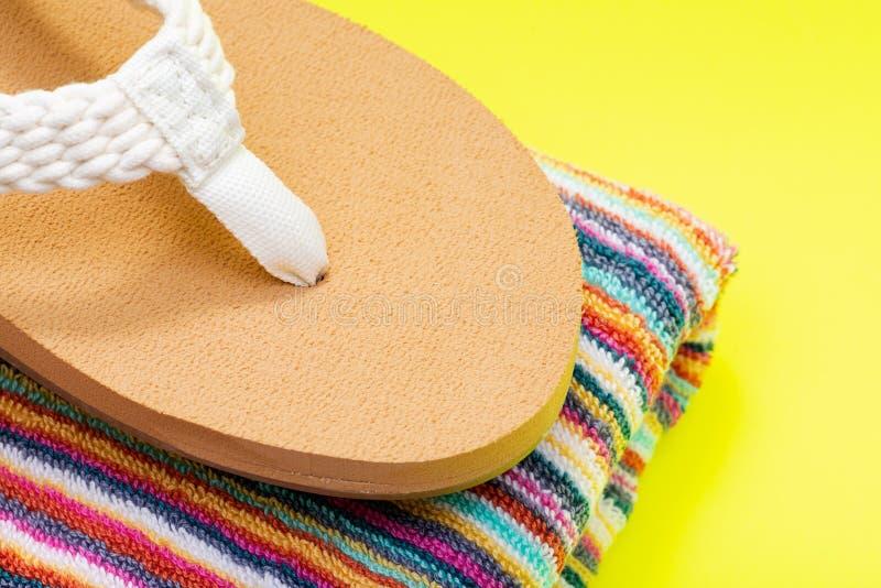 Giorno naturale intrecciato causale Flip Flops della spiaggia del colore delle donne ed asciugamani di spiaggia a strisce variopi fotografia stock