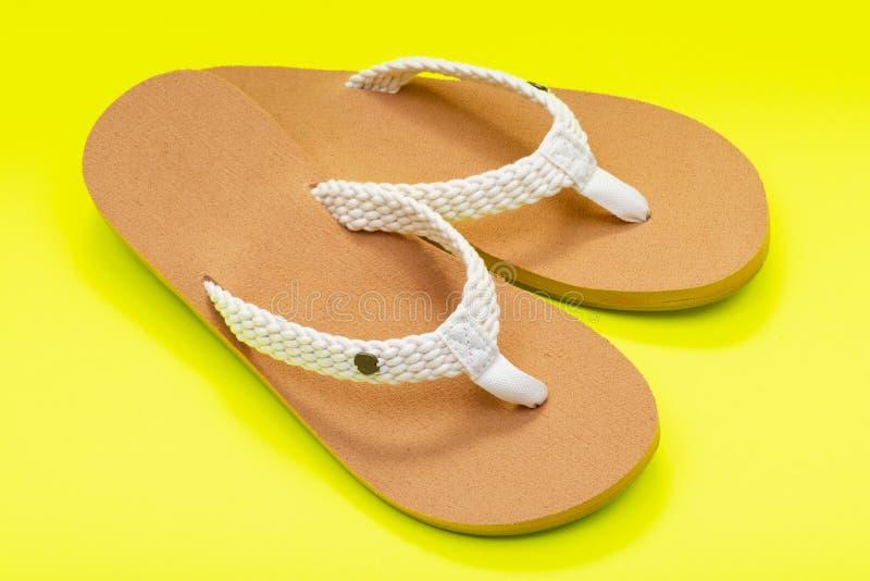 Giorno naturale intrecciato causale Flip Flops della spiaggia del colore delle donne isolato su giallo luminoso fotografie stock libere da diritti