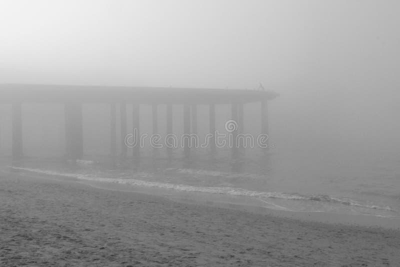 Giorno nebbioso alla spiaggia fotografia stock