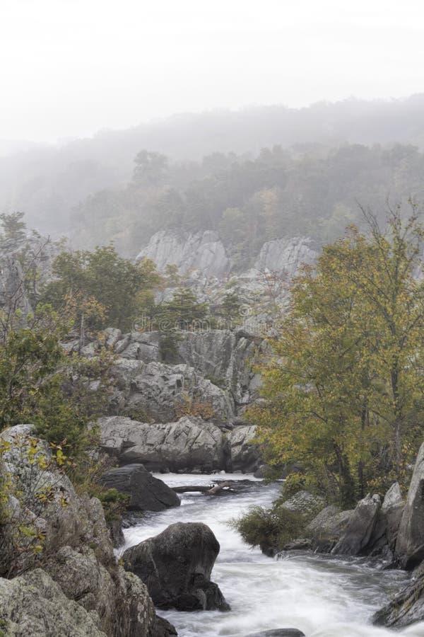 Giorno nebbioso a Great Falls nella Virginia fotografia stock