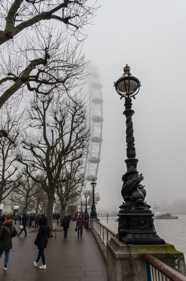 Giorno nebbioso a Londra fotografie stock