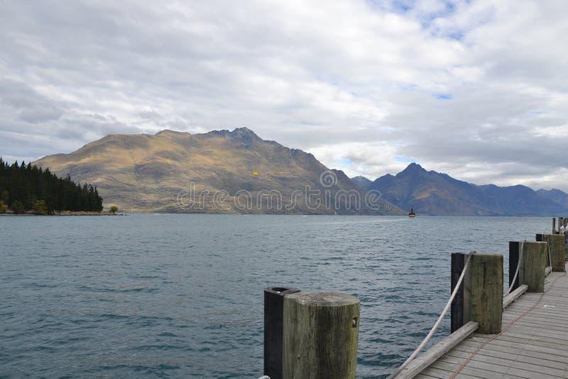 Giorno nuvoloso nel lago Wakatipu fotografia stock libera da diritti