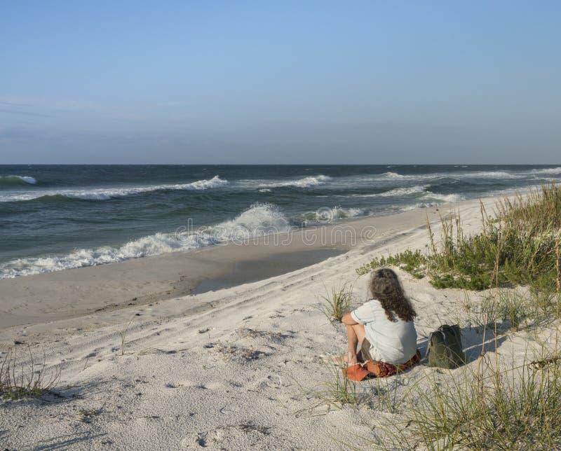 Giorno perfetto alla spiaggia per la donna pacifica immagine stock libera da diritti