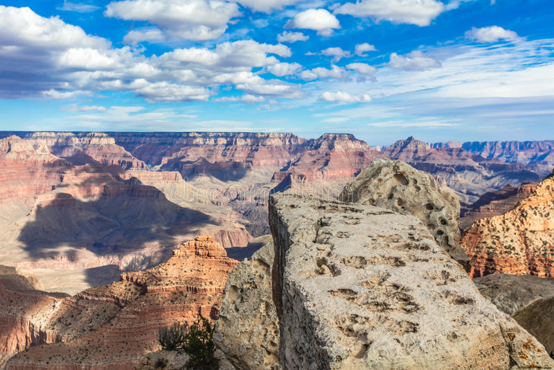 Giorno pieno di sole del grande canyon con cielo blu fotografia stock libera da diritti