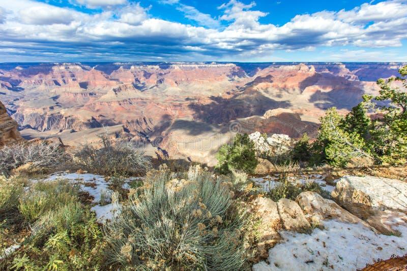 Giorno pieno di sole del grande canyon con cielo blu fotografie stock libere da diritti