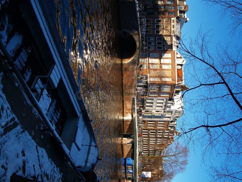 Giorno pieno di sole sul canale a Amsterdam fotografia stock libera da diritti