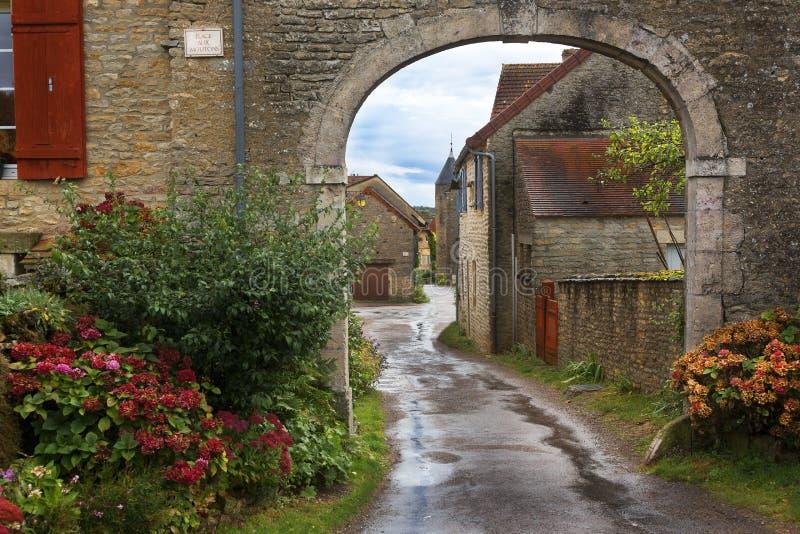 Giorno piovoso del villaggio francese, Francia fotografia stock
