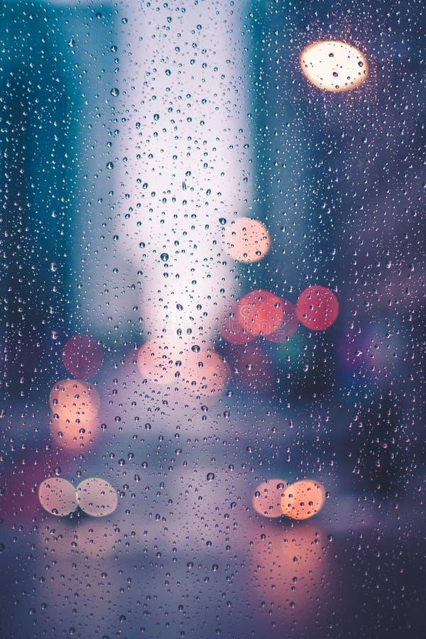 Giorno piovoso, pioggia sulla finestra fotografia stock