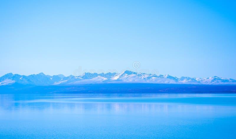 Giorno soleggiato ai posti di paradiso in Nuova Zelanda/lago del sud Tekapo/chiesa di buon pastore immagini stock