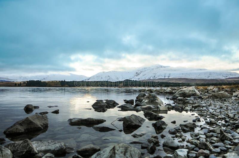 Giorno soleggiato ai posti di paradiso in Nuova Zelanda/lago del sud Tekapo/chiesa di buon pastore immagine stock