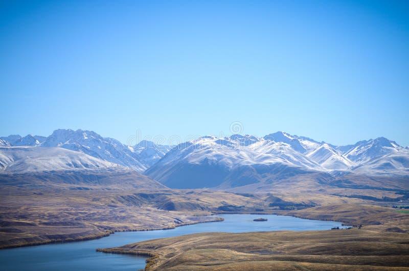 Giorno soleggiato ai posti di paradiso in Nuova Zelanda/lago del sud Tekapo/chiesa di buon pastore immagine stock libera da diritti