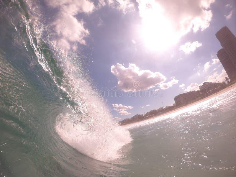 Giorno soleggiato con poche nuvole un giorno classico di praticare il surfing, Rio de Janeiro - il Brasile immagini stock
