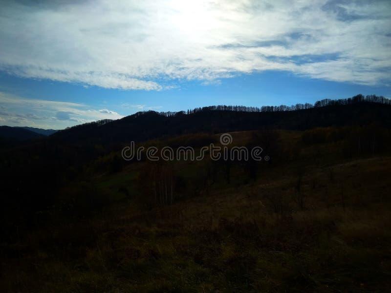 Giorno soleggiato dell'autunno tardo nelle montagne fotografie stock