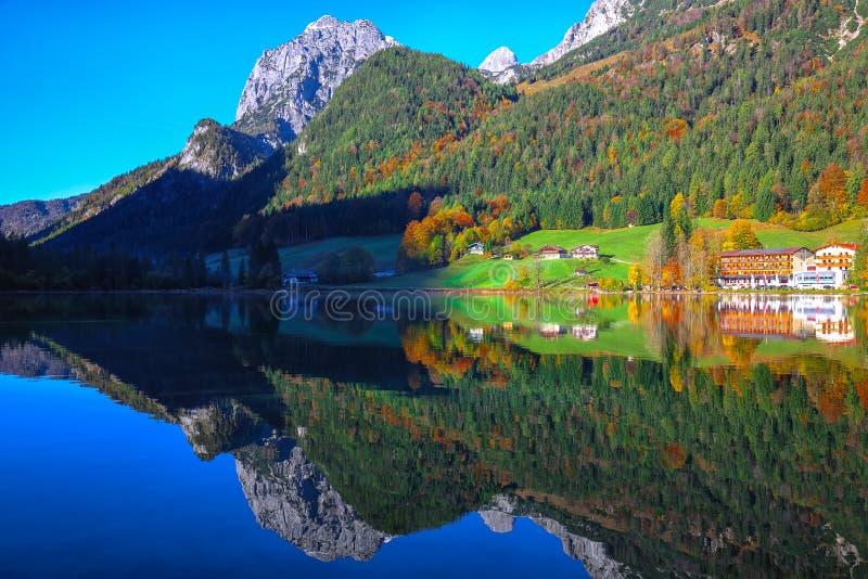 Giorno soleggiato di autunno fantastico sul lago Hintersee Bella scena di immagini stock libere da diritti