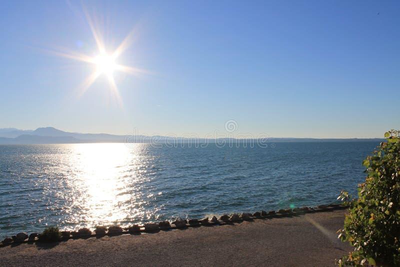 Giorno soleggiato di estate dell'Italia Sirmione di polizia del lago chiaramente fotografie stock