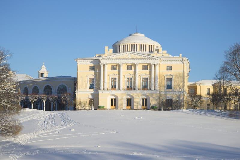 Giorno soleggiato di febbraio del palazzo di Pavlovsk immagini stock