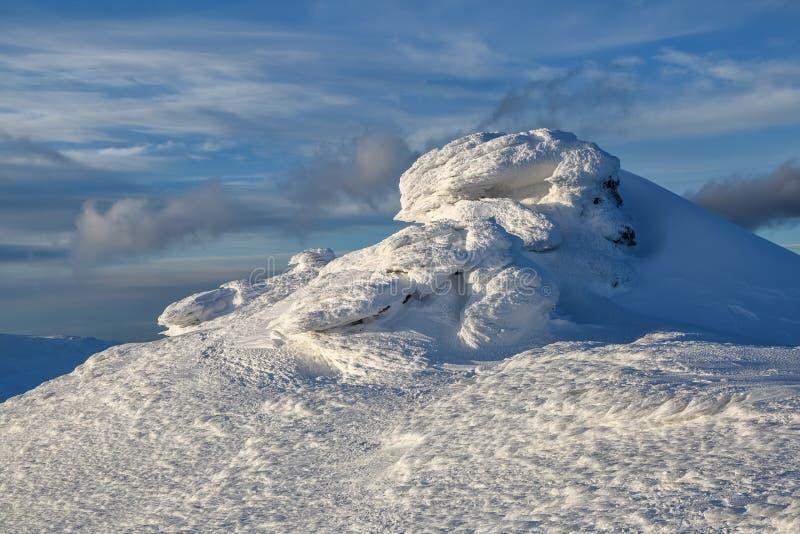 Giorno soleggiato di inverno freddo Misterioso, segreto, fantastico, mondo delle montagne La neve, il gelo, ghiaccio frozed sulla fotografie stock libere da diritti