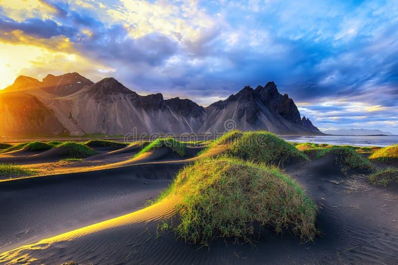 Giorno soleggiato fantastico e dune di sabbia nere splendide sul capo di Stokksnes in Islanda immagini stock