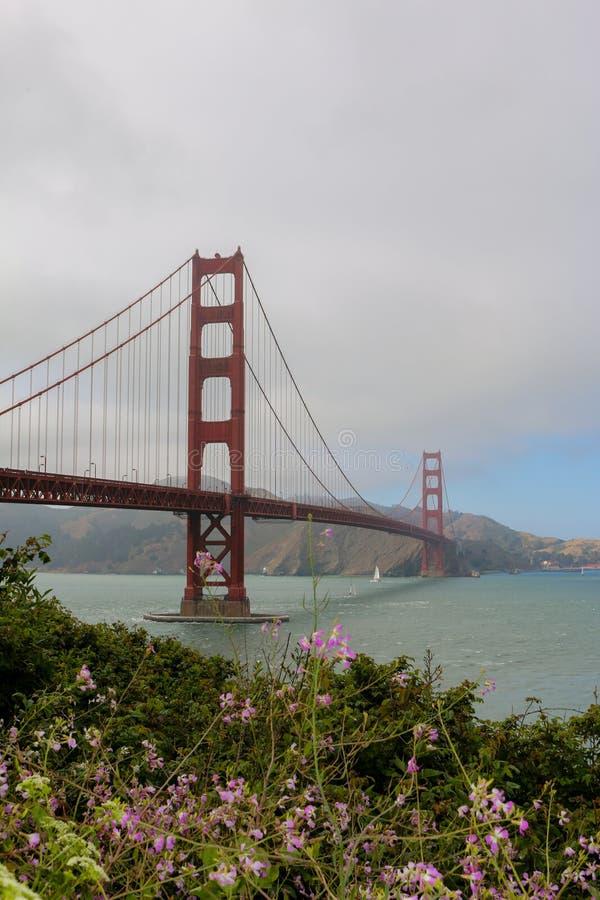 Giorno soleggiato a golden gate bridge a San Francisco, California fotografie stock