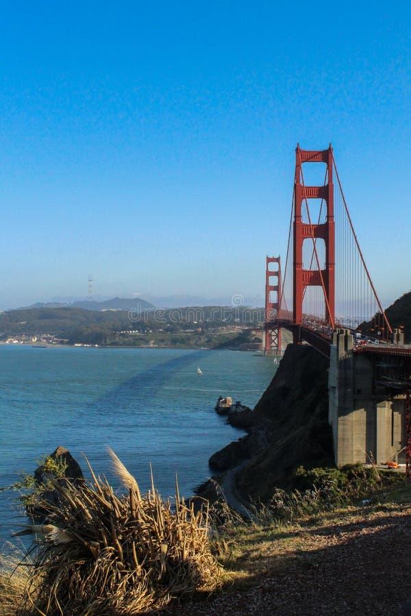 Giorno soleggiato a golden gate bridge a San Francisco, California fotografia stock libera da diritti