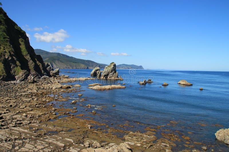 Giorno soleggiato nella costa basca, mare blu fotografie stock libere da diritti