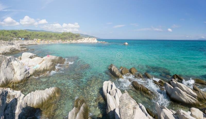 Giorno soleggiato sulla spiaggia arancio del halkidiki, la Grecia Bella spiaggia con chiara acqua blu del turchese immagini stock libere da diritti