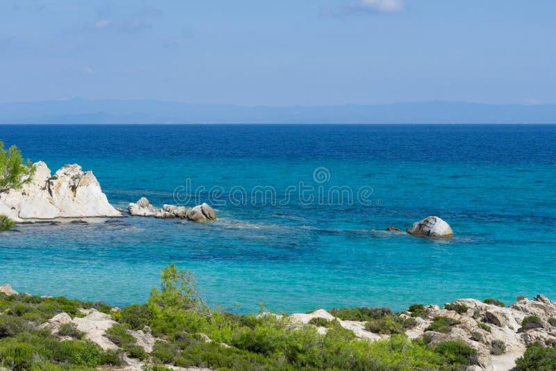 Giorno soleggiato sulla spiaggia arancio del halkidiki, la Grecia Bella spiaggia con chiara acqua blu del turchese fotografia stock libera da diritti