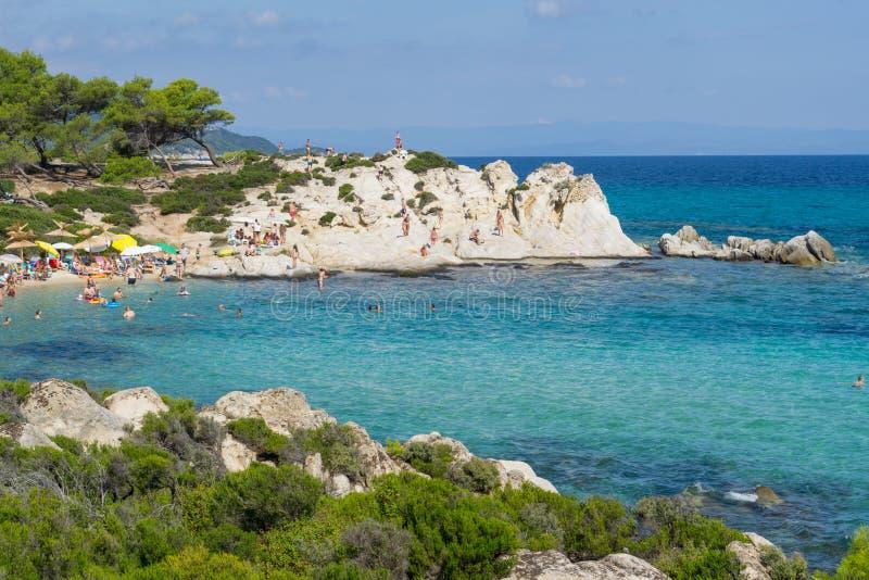 Giorno soleggiato sulla spiaggia arancio del halkidiki, la Grecia Bella spiaggia con chiara acqua blu del turchese immagine stock