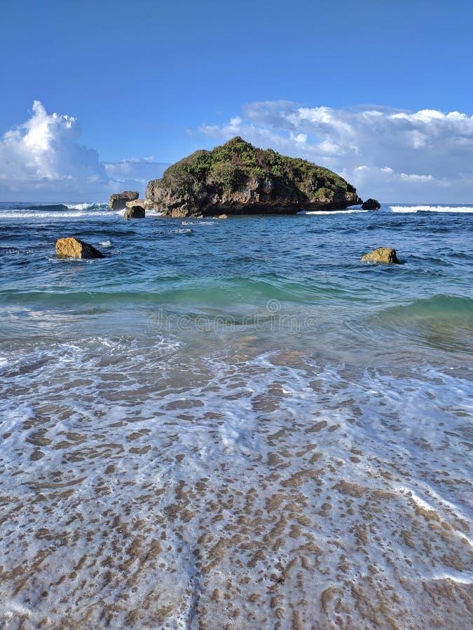 Giorno soleggiato sulla spiaggia, bella spiaggia tropicale a Yogyakarta, Indonesia fotografia stock