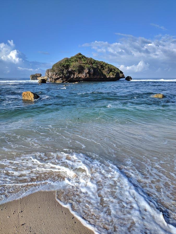 Giorno soleggiato sulla spiaggia, bella spiaggia tropicale a Yogyakarta, Indonesia immagine stock