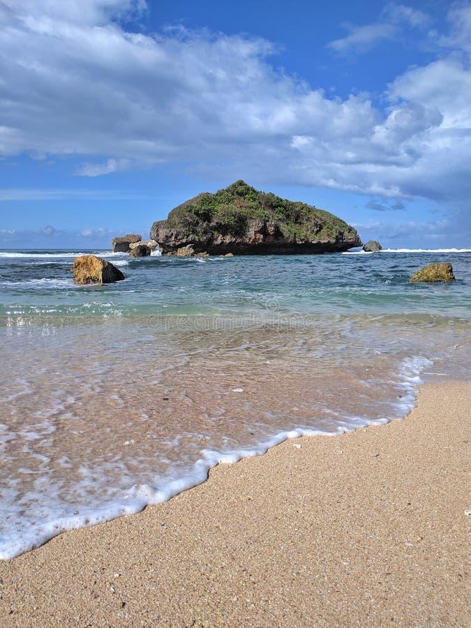 Giorno soleggiato sulla spiaggia, bella spiaggia tropicale a Yogyakarta, Indonesia fotografie stock libere da diritti