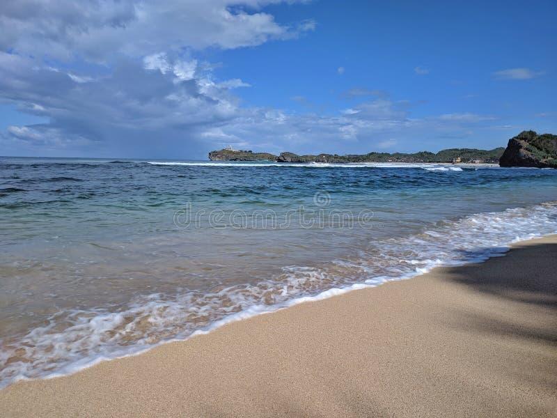 Giorno soleggiato sulla spiaggia, bella spiaggia tropicale a Yogyakarta, Indonesia immagini stock libere da diritti