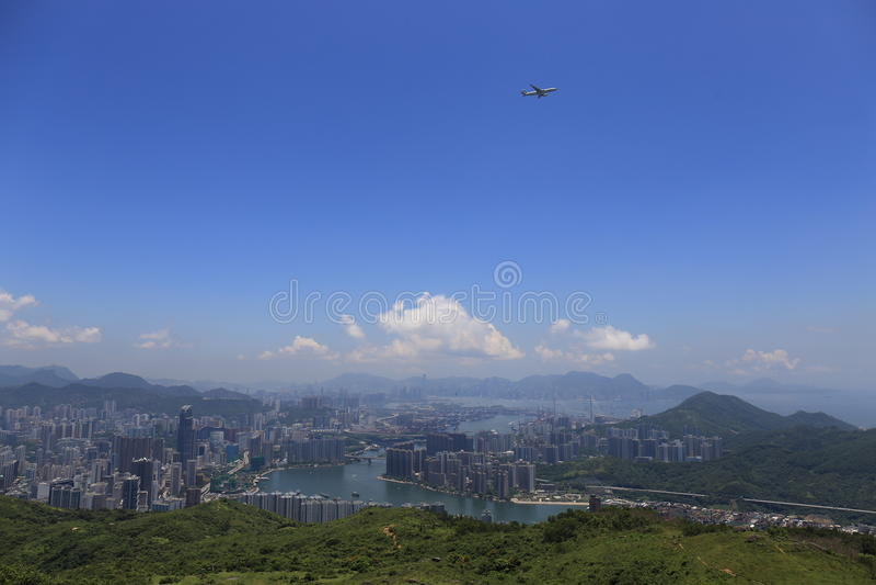 Giorno soleggiato in Tai Mo Shan Mountain che osserva una grande città fotografie stock