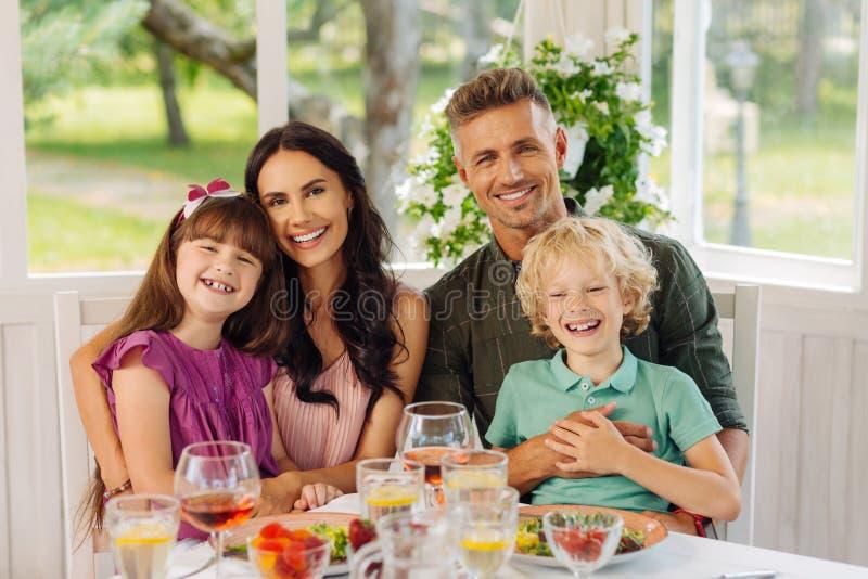 Giorno spendente felice di sensibilità dei bambini con i genitori a casa fotografia stock libera da diritti