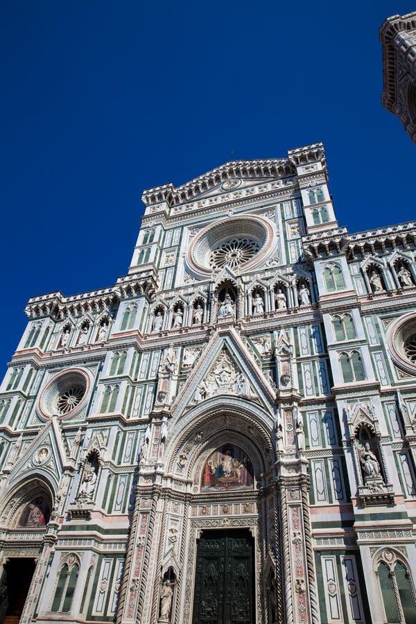 Giottocampanile en Florence Cathedral in 1436 tegen een mooie blauwe hemel wordt gezegend die stock foto's
