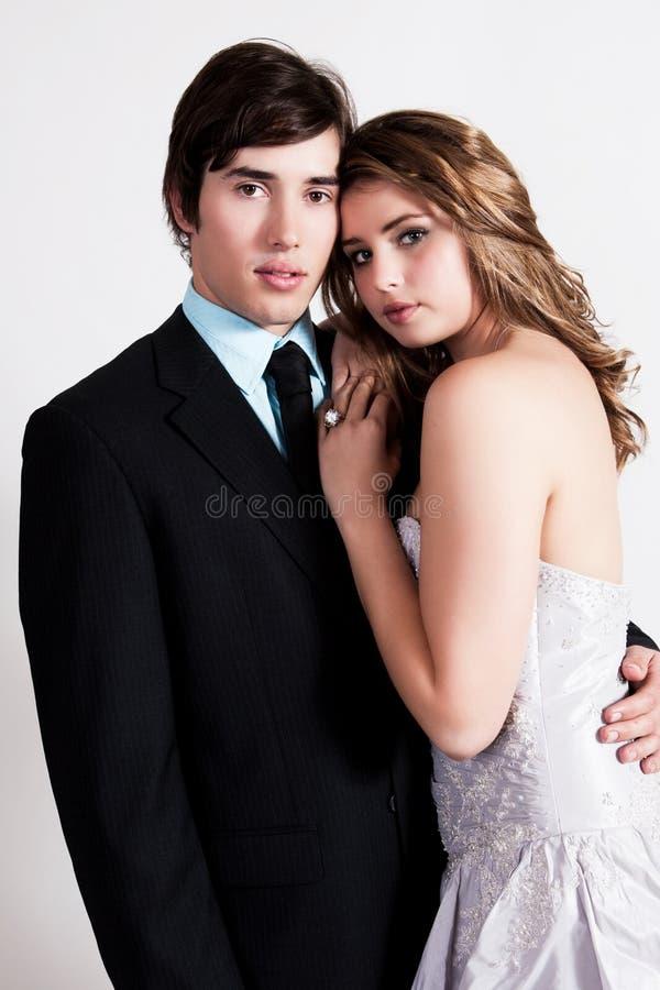 Giovane abbraccio vestito pozzo delle coppie fotografia stock libera da diritti