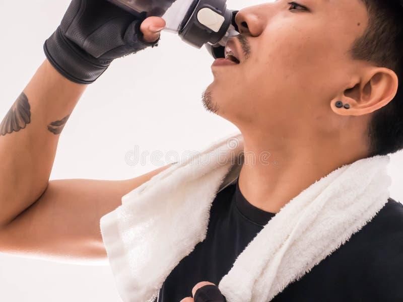 Giovane acqua bella della bevanda dopo l'esercizio immagine stock