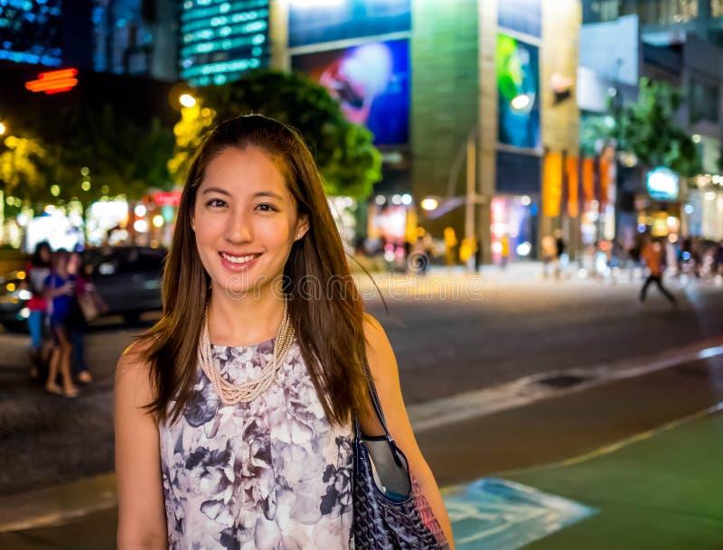 Giovane acquisto asiatico attraente, alla moda, alla moda della finestra della donna immagine stock