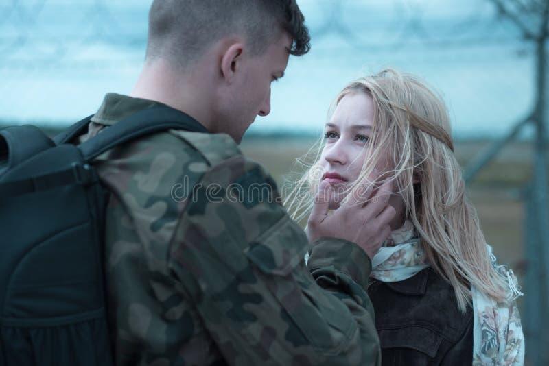 Giovane addio del soldato fotografie stock