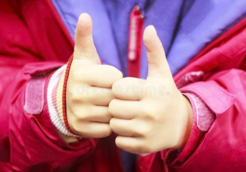 Giovane adolescente che dà pollice su su due mani come segno di successo Concentrato sulle mani Primo piano fotografia stock