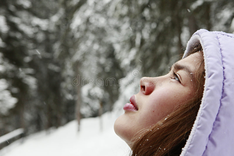 Giovane adolescente che gode della neve di inverno fotografie stock