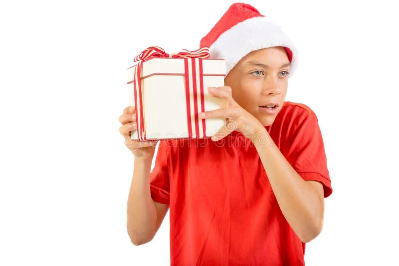 Giovane adolescente che porta un cappello di Santa Christmas con un regalo fotografie stock