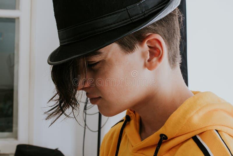 Giovane adolescente con capelli lunghi da adattare fotografia stock