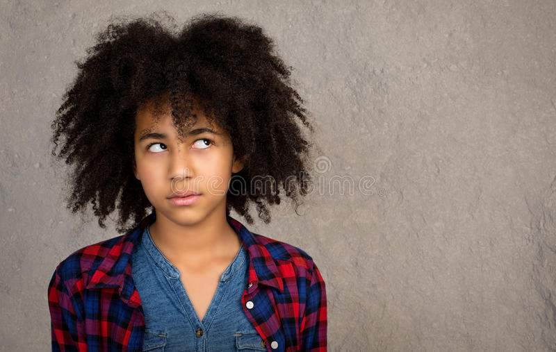 Giovane adolescente con il pensiero dei capelli di afro immagini stock