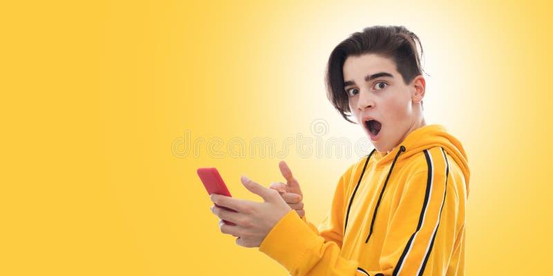 Giovane adolescente con il telefono cellulare immagini stock libere da diritti