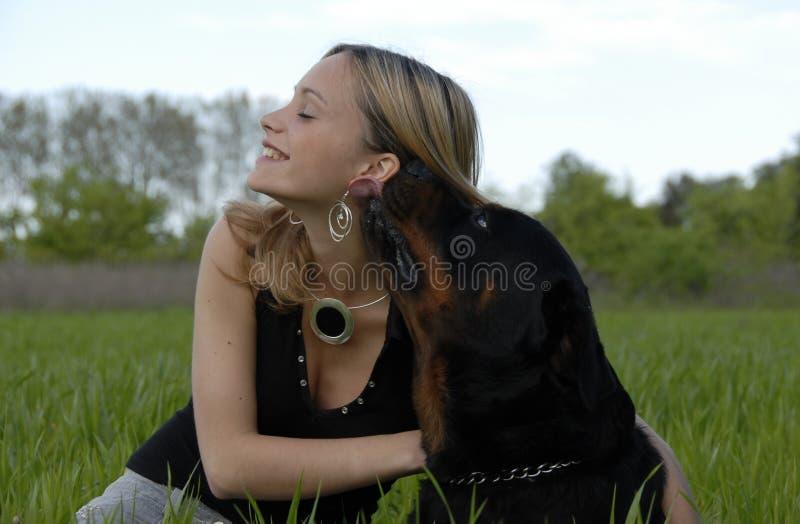 Giovane adolescente felice ed il suo cane fotografia stock libera da diritti