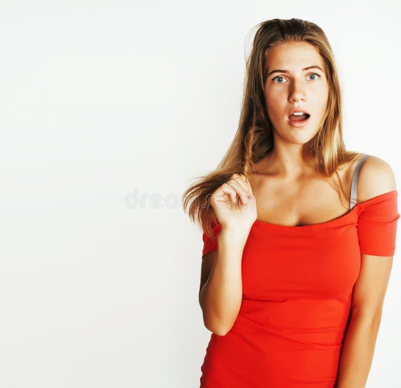 Giovane adolescente grazioso che posa sorridere felice allegro sul bianco fotografia stock