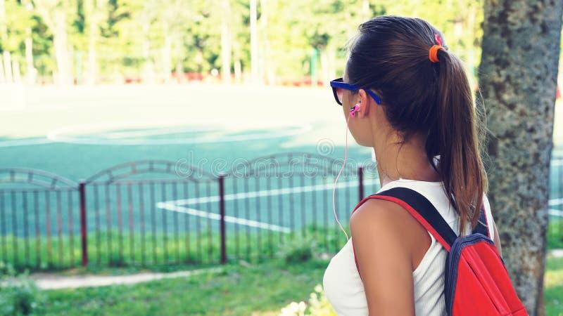 Giovane adolescente pronto per l'addestramento che sta allo stadio al giorno del sole immagine stock