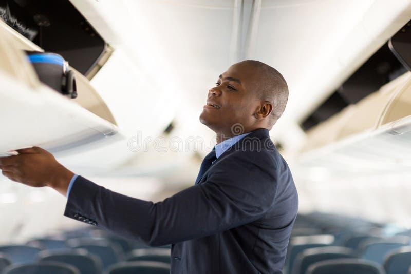 Giovane aeroplano dell'uomo d'affari fotografia stock libera da diritti