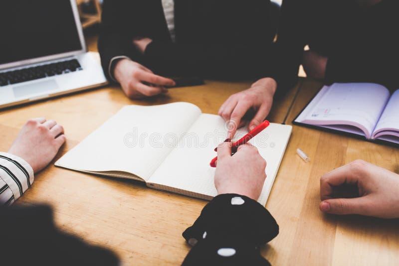 Giovane affare sul piccolo scrittorio del Ministero degli Interni immagini stock libere da diritti